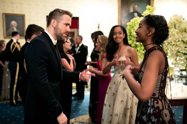 Sasha Obama tutta emozionata mentre parla con Ryan Reynolds, e dietro la sorella Malia che la carica con un doppio pollice su. Epica!