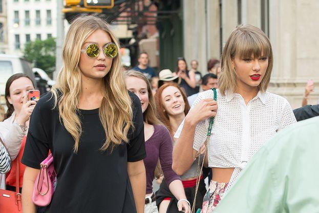 Gigi Hadid: dentro. Per quanto si trovi in una situazione strana: sta con la squad e al tempo stesso con il gruppo di Kendall Jenner e della sorella Bella (che a sua volta era stata avvicinata al giro di Taylor, ma le due non sono mai sembrate amicone).