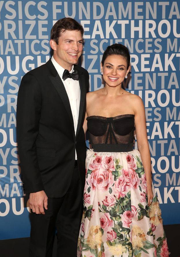 Ashton Kutcher e Mila Kunis ai Breakthrough Prize Awards del 2017: il primo red carpet di coppia da quando stanno insieme (5 anni!)