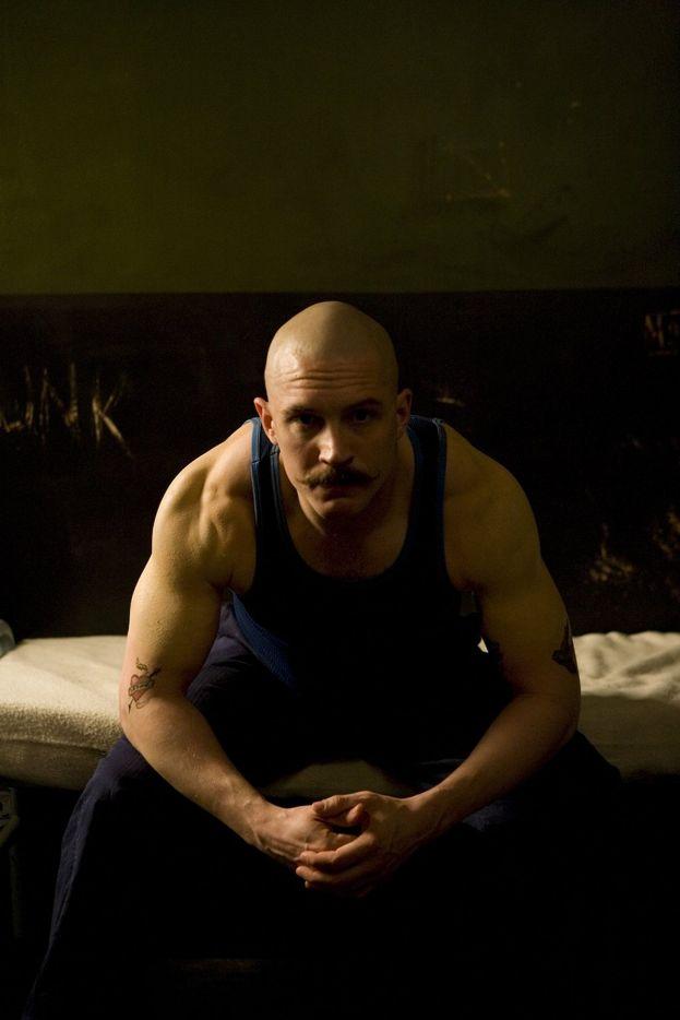 """Tom 'trasformista' Hardy si è passato la lametta sulla testa più di una volta. Come qui, per esempio, nel film """"Bronson""""."""
