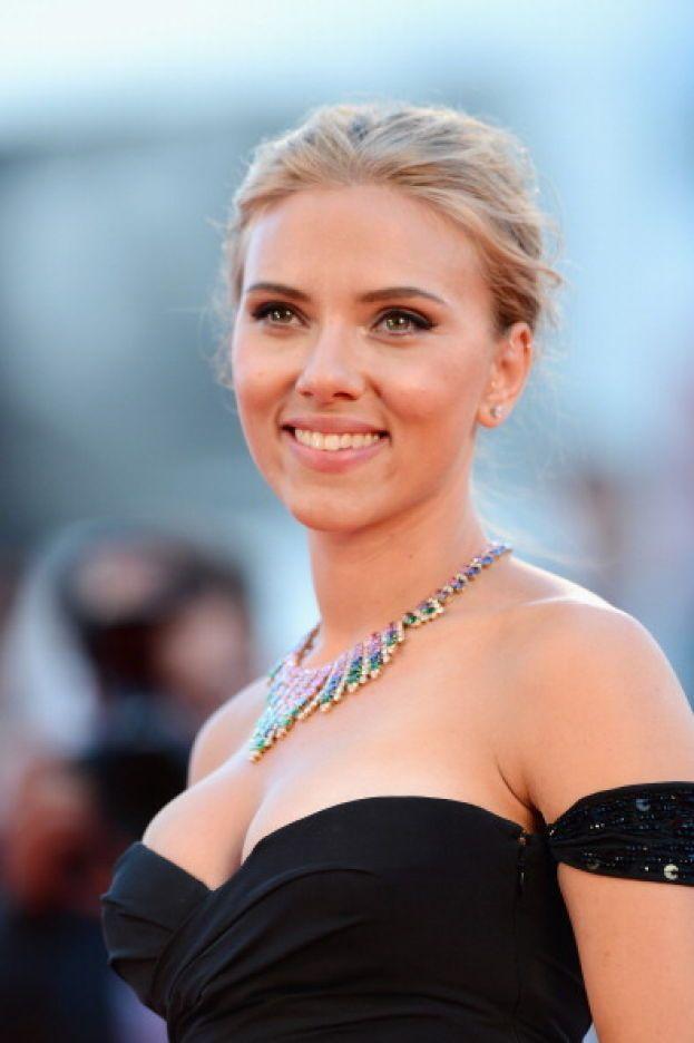"""Scarlett Johansson: """"Assolutamente sì, credo nella chirurgia estetica. Non voglio diventare una vecchia strega. Non c'è niente di divertente in questo""""."""