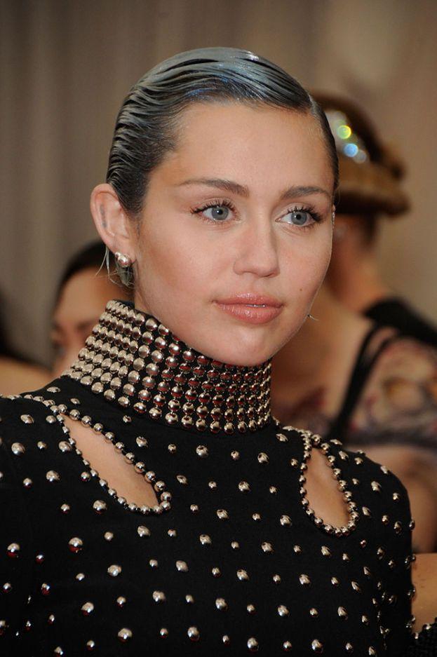 Miley Cyrus, 2013. Basta una parola: twerk. E c'è anche il ditone di gommapiuma. Le reazioni dei vip in platea di fronte allo show di Miley sono impagabili.