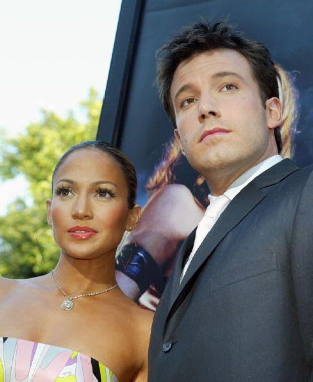 """Jennifer Lopez e Ben Affleck si conoscono sul set di """"Gigli"""" (da noi """"Amore estremo""""), scoppia la passione, si mettono insieme e fanno esplodere i tabloid. Peccato che JLo nel frattempo sia ancora sposata con Chris Judd..."""