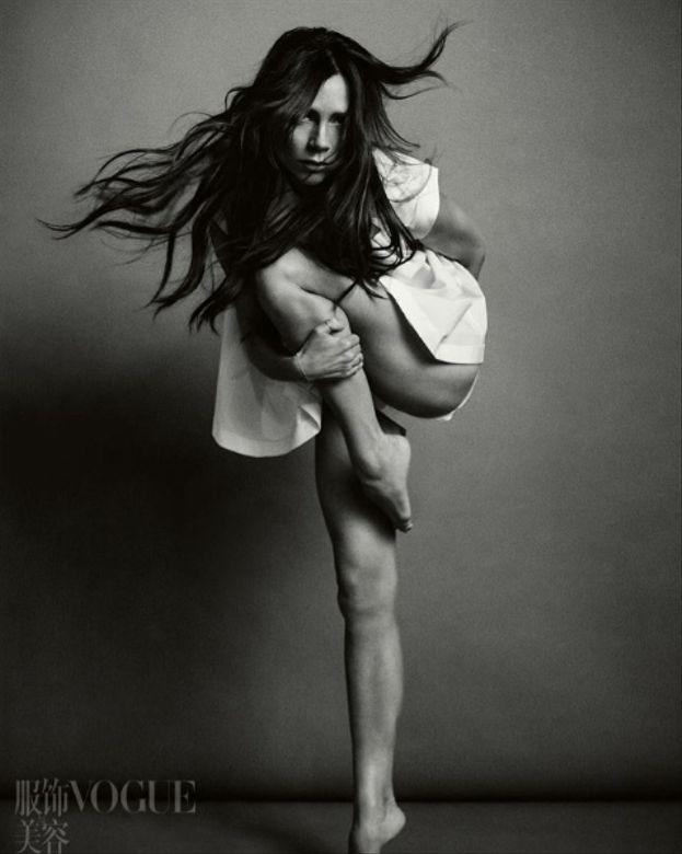 Victoria Beckham - In un servizio per Vogue China le hanno sforbiciato un pezzo di coscia (anche se quelli del magazine sostengono che sia solo un effetto ottico, per cui gli slip grigi di Victoria si confondono con lo sfondo. Ci crediamo?)