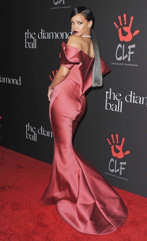 """Rihanna va pazza per il suo lato B (non è l'unica). Ci lavora in continuazione per mantenerlo sodo e perfetto, anche perché """"ai ragazzi piace"""" ;)"""