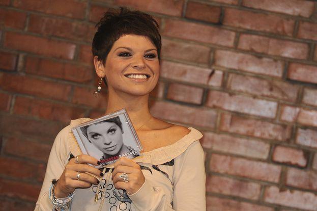 """Alessandra Amoroso - È il 2009 e Alessandra presenta il suo primo disco """"Senza nuvole"""". Che, neanche a dirlo, schizza dritto in cima alle classifiche!"""