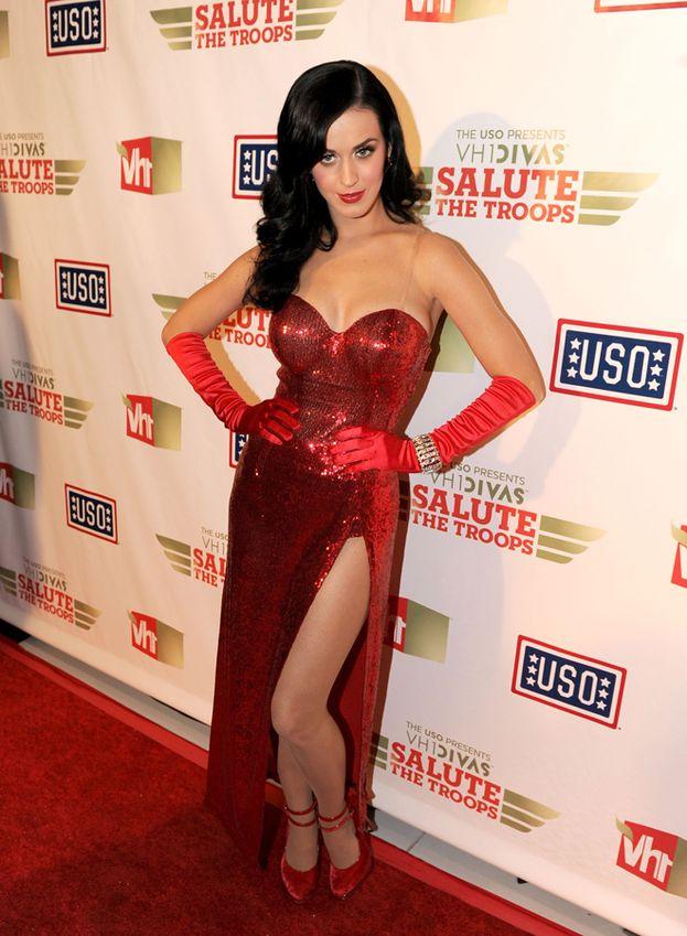 Anche Katy Perry sfrutta spesso la doppia presa, aggiungendo la sua firma personale: una gamba spinta leggermente in avanti.