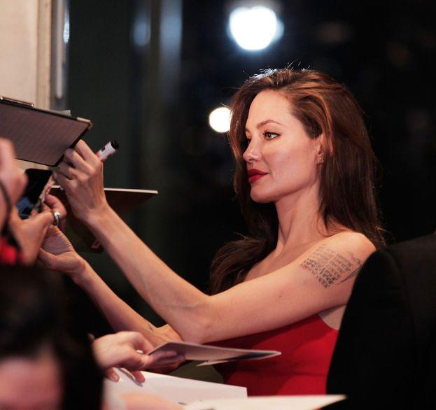 """Le labbra? Il chilometrico slancio di coscia? Macché: Angelina sceglie gli avambracci """"perché mi piace l'aspetto delle loro vene""""."""