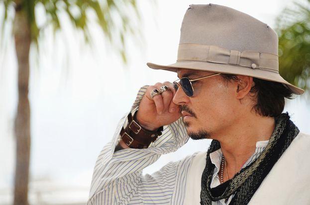 """Johnny Depp si distingue sempre: quando Ellen DeGeneres gli ha chiesto quale fosse la sua parte del corpo preferita, ha risposto: """"La parte dietro della testa"""". Poi ha cambiato risposta: """"Le mie scarpe"""". Valgono?"""