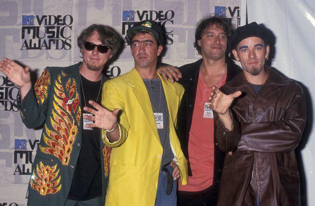 """R.E.M.: 12. Il leggendario gruppo di Michael Stipe ha portato a casa una carriolata di Moonman con """"Losing My Religion"""" (sei, nel 1991) e """"Everybody Hurts"""" (quattro, nel 1994). Nella foto, la band ai VMA del 1993."""