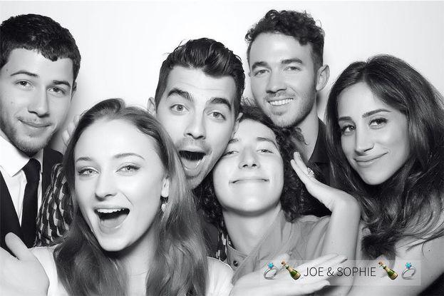 Tutti i Jonas al completo per la festa di fidanzamento di Joe e Sophie Turner