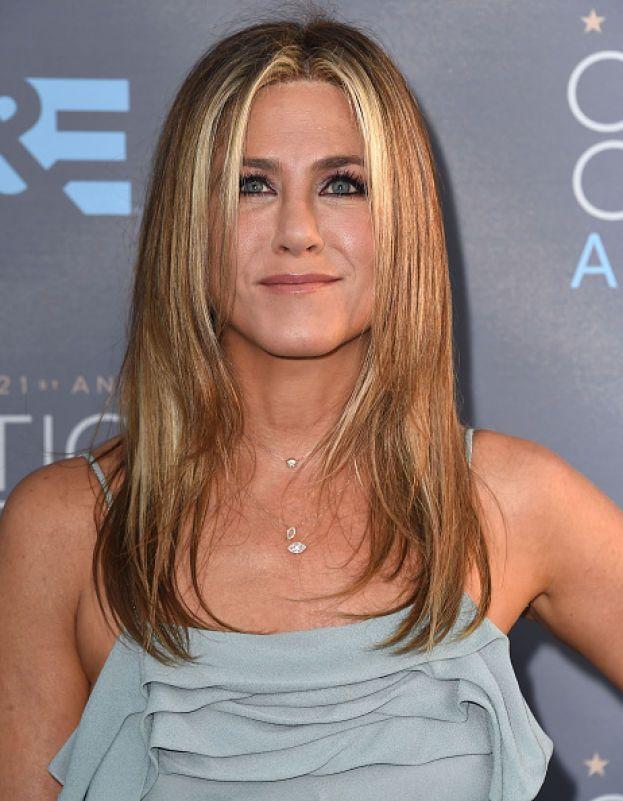 """Jennifer Aniston: dopo una rottura """"ti senti strana, incampi. Le cose che avresti fatto insieme al tuo partner non le fai più. Sei costretta a riscoprire te stessa. Quando riesci a trovare un modo per vedere il bicchiere mezzo pieno, ecco, quelli sono i momenti in cui impari di più""""."""