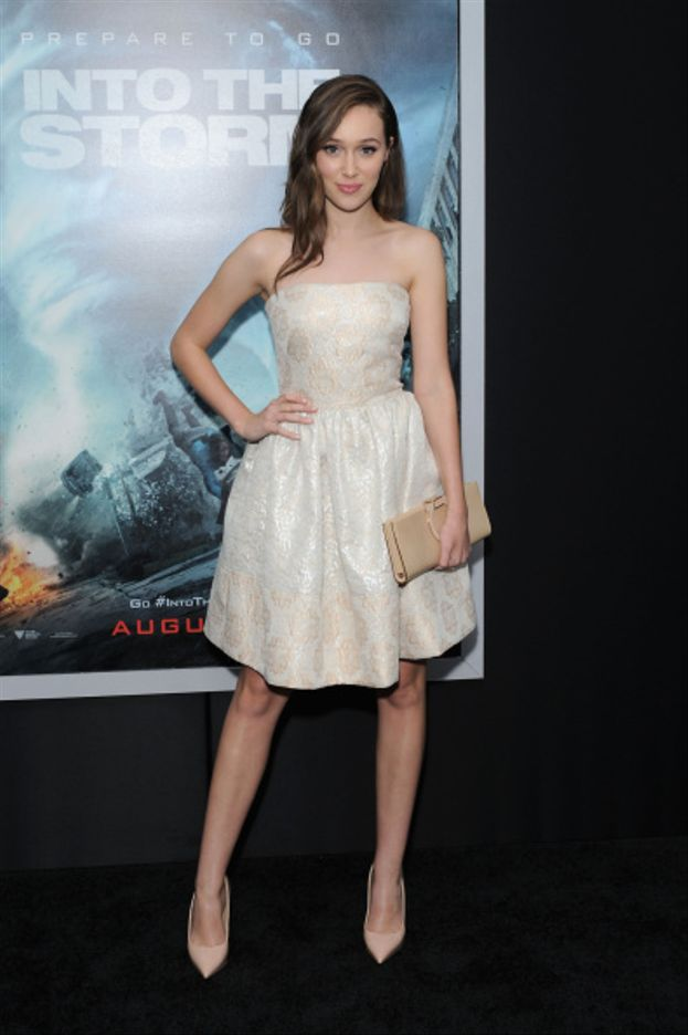"Mini dress bianco e décolleté a punta alla prima di ""Into The Storm"""