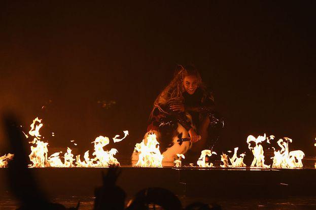 Beyoncé ha... incendiato il palco dei VMA!