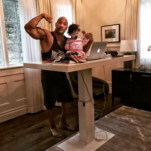 Dwayne Johnson e Jasmine mostrano i muscoli. The Rock ha anche una figlia ormai adolescente, Simone Alexandra.