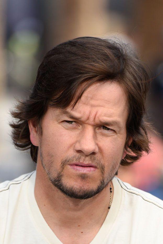 Mark Wahlberg è cresciuto un un quartiere popolare degradato e violento, dove per motli ragazzi lo studio non era esattamente una priorità. Idem per lui, che ha abbandonato le superiori quasi subito, ma poi si è diplomato a 42 anni studiando online.