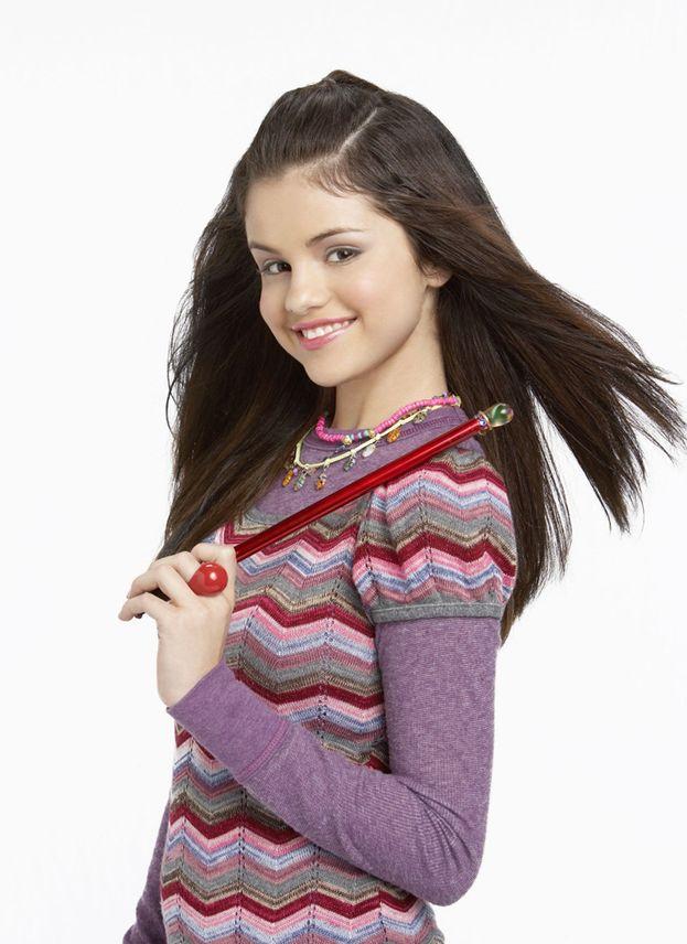 """Selena Gomez - 2007: parte la serie tv """"I maghi di Waverly"""". La protagonista è una ragazzina destinata a diventare una star globale..."""