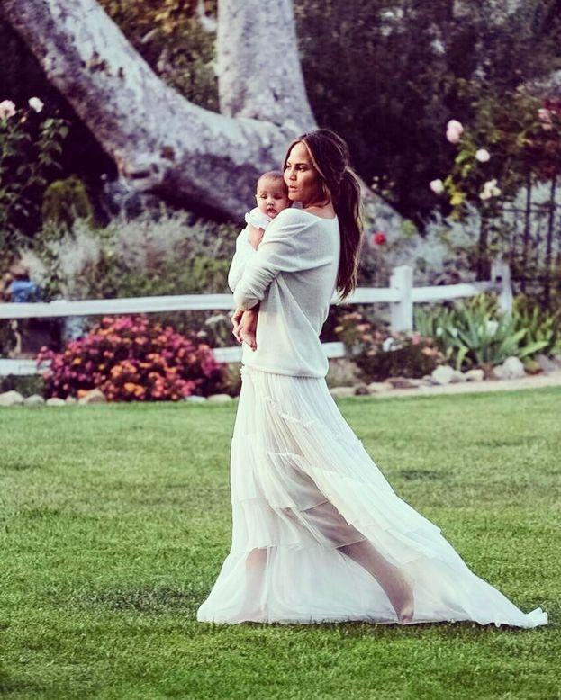 John Legend fa gli auguri alle donne della sua vita, Chrissy Teigen e la figlia Luna
