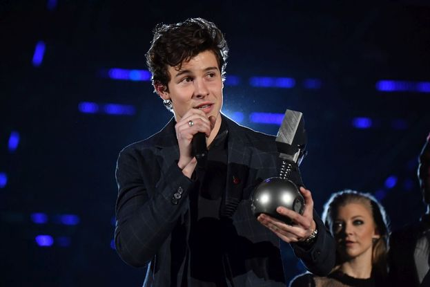 "Shawn Mendes - Best Artist, Best Song (""There's Nothing Holdin' Me Back"") e Biggest Fans"