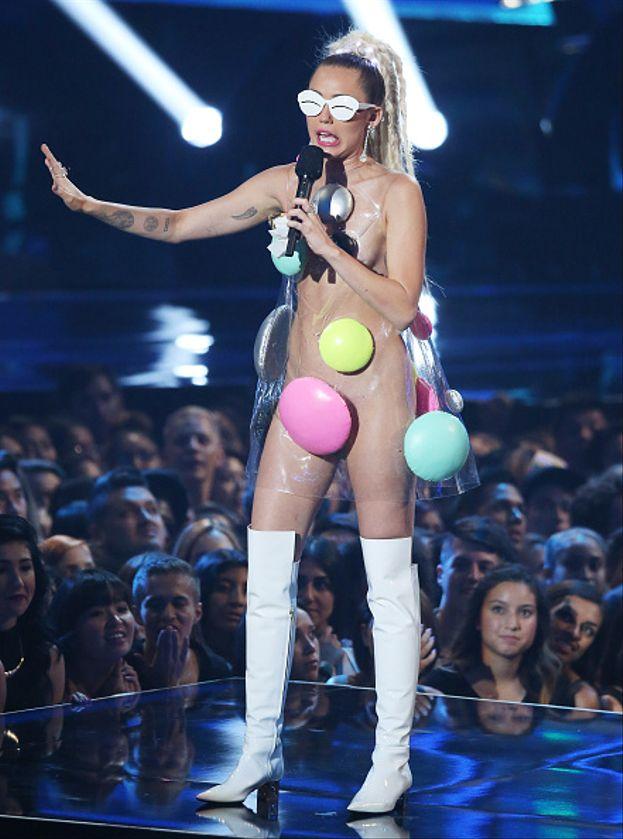 Uno dei tanti look di Miley Cyrus quando ha presentato gli MTV VMA 2015
