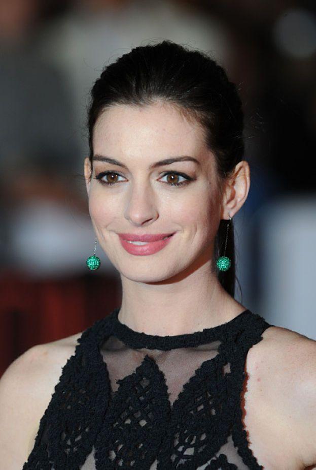 """Anne Hathaway: """"Ho imparato che una brutta esperienza in amore non è un buon motivo per avere paura di una nuova esperienza... Tutti abbiamo storie finite male, ma devi prenderle come un modo per prepararti a vivere al meglio le storie che verranno""""."""