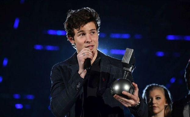 """Gli MTV EMA di Londra sono stati la consacrazione definitiva di Shawn Mendes, che ha vinto tre premi: Best Artist, Best Song con """"There's Nothing Holdin' Me Back"""" e Biggest Fans."""