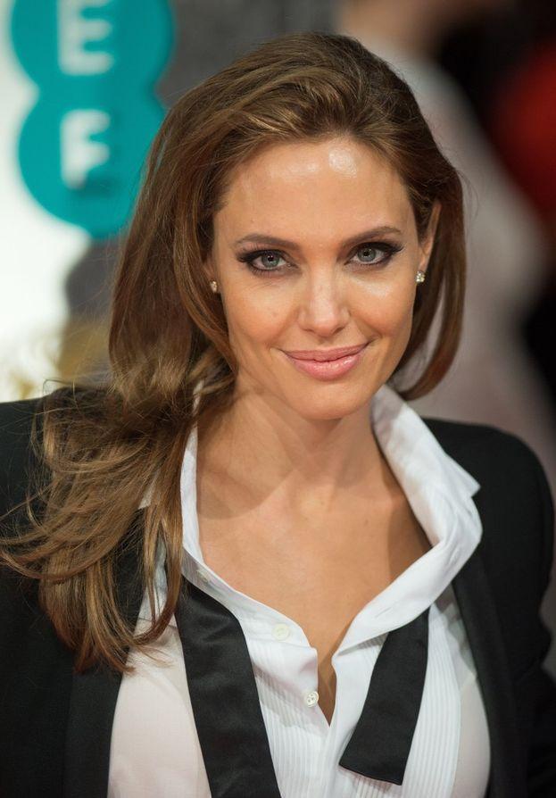Angelina Jolie voleva fare... l'impresario funebre! Quando aveva 14 anni ha anche seguito un corso per corrispondenza. Dark O_O
