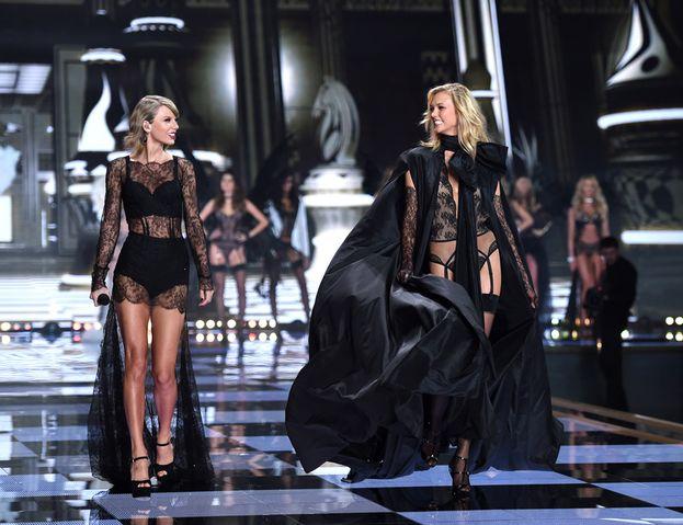"""Karlie Kloss: dentro, con un sospetto. Forse da un po' è la BFF più BFF di Taylor, ma non è sfuggito che il suo nome non compariva sulla t-shirt indossata da Tay-Tay nel video di """"Look What You Made Me Do""""..."""