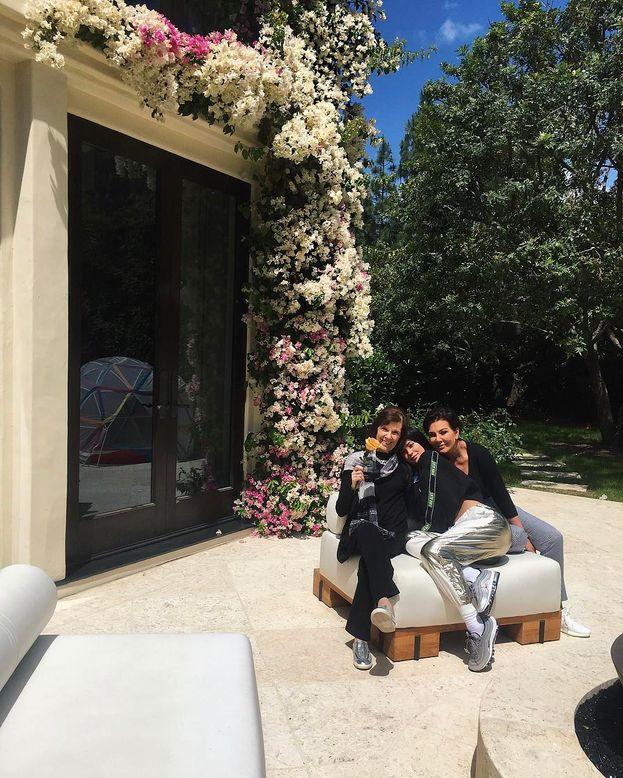 Inizia l'incrocio di auguri del clan Jenner-Kardashian per mamma Kris. Si parte con Kylie...