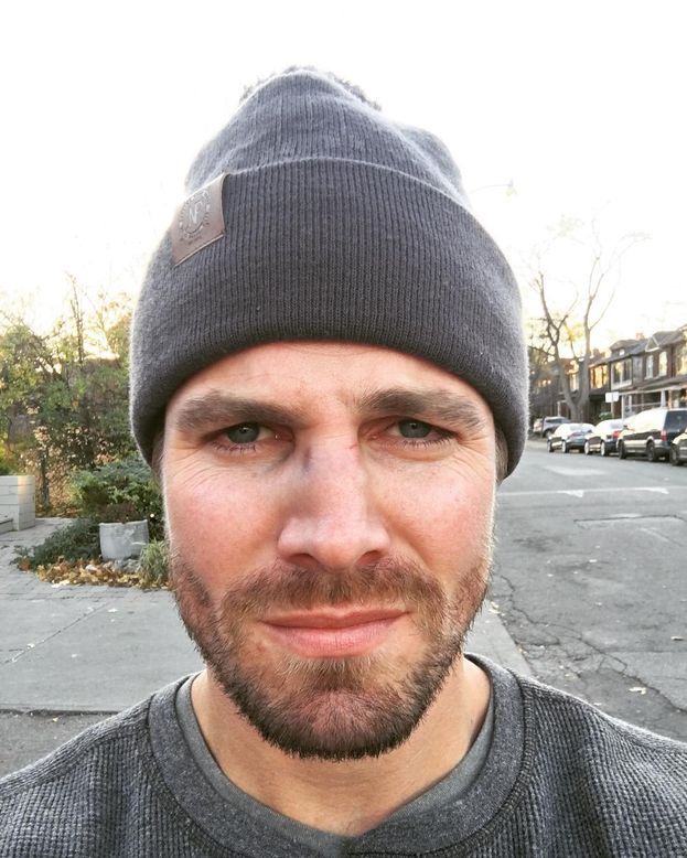 """Stephen Amell - L'attore di """"Green Arrow"""" ha scritto su Facebook: """"Il matrimonio dovrebbe essere accessibile a tutti. Alcune delle relazioni più forti e piene di amore che abbia visto sono di coppie dello stesso sesso. Diritti uguali per tutti!""""."""
