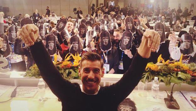 Arriva Francesco Gabbani, e la sala stampa del Festival si riempie di scimmie