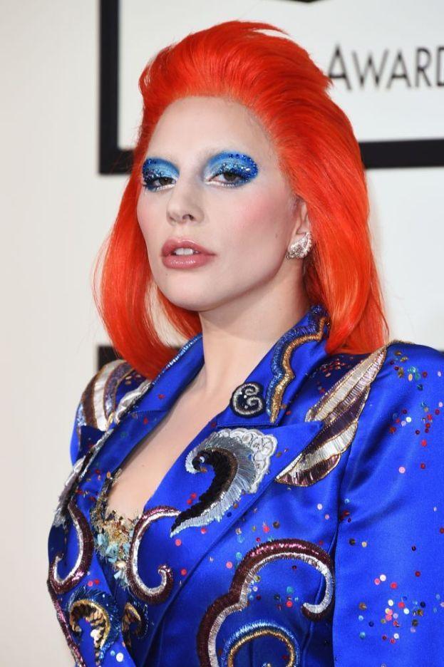 Lady Gaga - Come fa ad avere sempre la pelle perfettamente liscia? In una parola: scotch. Gaga applica del nastro adesivo (che poi nasconde sotto la parrucca) per tendere la pelle del viso e per modellarlo. Ma attenzione: è un sistema da usare con cautela e moderazione!