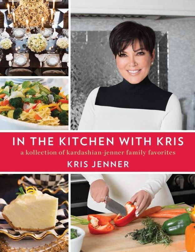 """Kris Jenner - Visto che si occupa lei di sfamare la dinastia, ha deciso di pubblicare un libro con le ricette che usa a casa: """"In the Kitchen with Kris: A Kollection of the Kardashian-Jenner Family Favorites""""."""