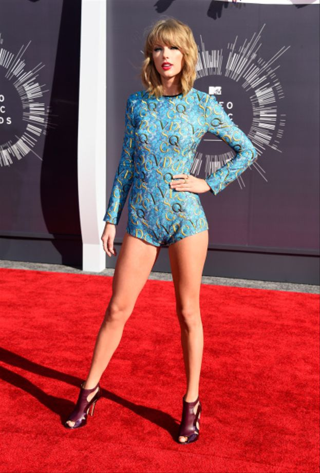 L'irresistibile stacco di gambe di Taylor Swift sul red carpet dei VMA 2014