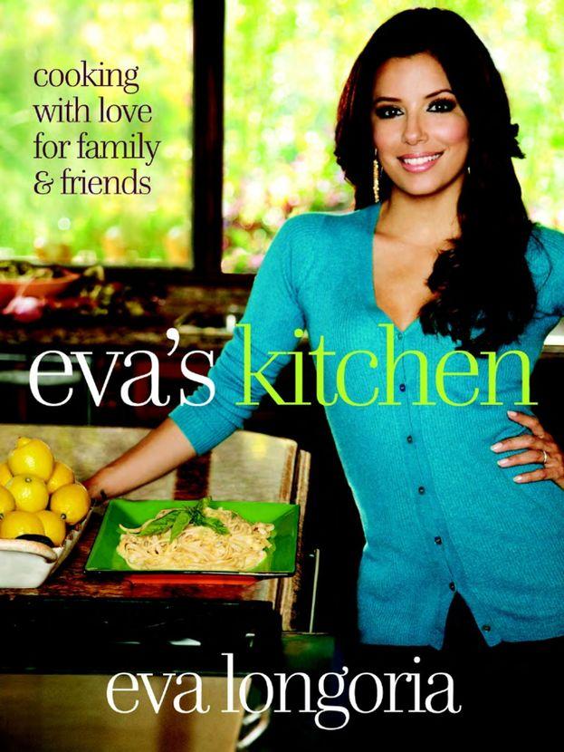 """Per Eva Longoria la cucina è più di un hobby occasionale. Eccola sulla copertina del suo libro di ricette """"Eva's Kitchen: Cooking with Love for Family and Friends""""."""