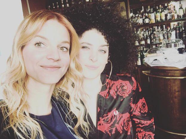Eravamo due amiche al bar: Chiara e Marianne Mirage aspettano la seconda serata