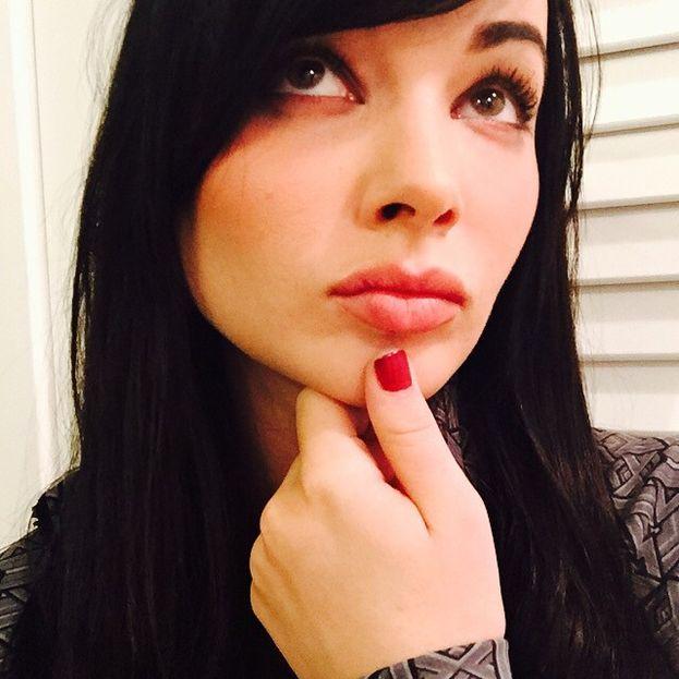 """Il primo bacio di Ashley Rickards è stato... awkward (o da nerd, se preferisci) a tutti gli effetti: """"Avevo 14 anni e in quel momento ho davvero pensato che sarei morta, perché lui mi stava soffocando con la sua lingua. Un'esperienza orribile""""."""