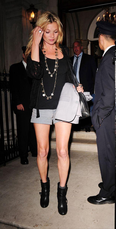 Kate Moss non indossa mai gonne a metà polpaccio perché dice che ha le gambe storte. Sarà...