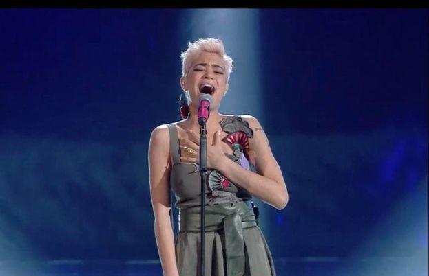 """Elodie mentre canta la sua cover (""""Quando finisce un amore"""" di Riccardo Cocciante)"""