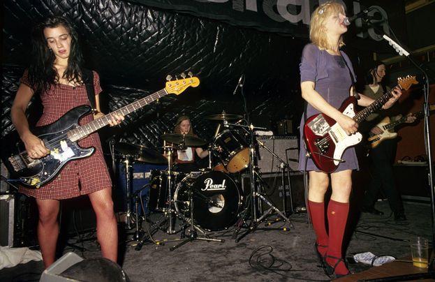 Bassista delle Hole di Courtney Love, Kristen Pfaff (a sinistra nella foto) è morta nel 1994 di overdose, a 27 anni.