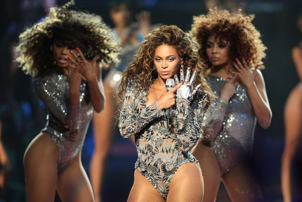"""Beyoncé: 16. Ha cominciato a vincere nel 2003 con i tre premi di """"Crazy In Love"""" e non si è fermata più. E adesso ha inquadrato Madonna nel mirino... Nella foto, la sua esibizione ai VMA del 2009."""