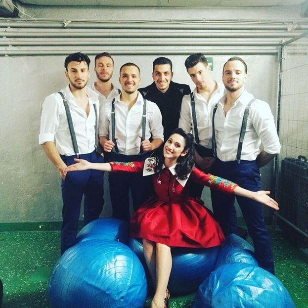 Backstage: Lodovica Comello con i ballerini e le... bolle della sua cover