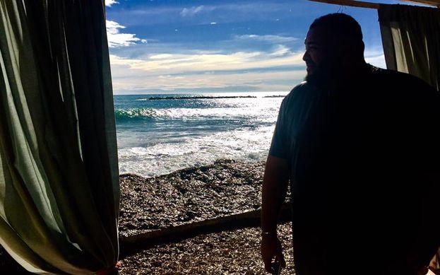 Nemmeno Sergio si sottrae all'obbligatoria foto sfondo mare