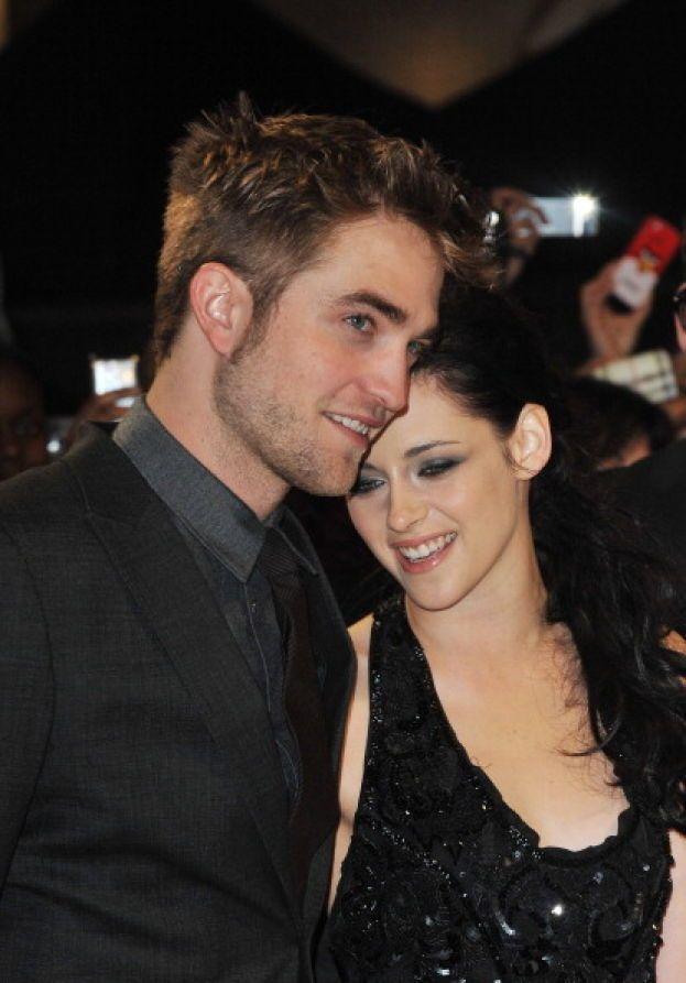 """Kristen Stewart viene colta in flagrante mentre bacia Rupert Sanders, il regista (a sua volta sposato) con cui ha lavorato in """"Biancaneve e il cacciatore"""". Le foto fanno il giro del mondo in 5 secondi, il fidanzatino Robert Pattinson non la manda giù e la scarica in mezzo ai pianti di milioni di fan di """"Twilight""""."""