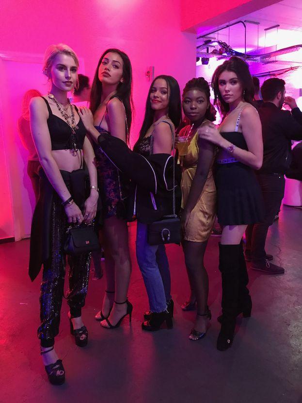 Le It Girls (Sofia Reyes, Leomie Anderson, Caroline Daur, Monica Geuz e Cindy Kimberly) all'evento con Jonas Blue: