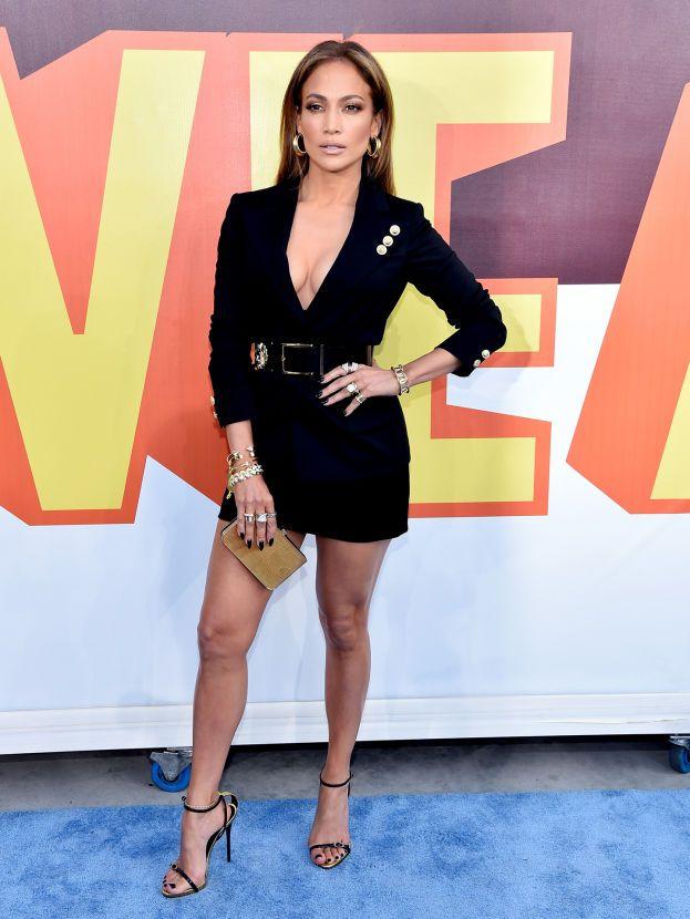 Nel 2010 Jennifer Lopez si esibisce ai World Music Awards di Montecarlo e per l'occasione chiede un motoscafo personale con sedili in fintapelle, champagne a gogo e un paio di cuffie tempestate di diamanti. Non basta: in aggiunta chiede anche un elicottero sempre a disposizione, che non si sa mai, l'intero piano di un hotel di lusso e un tratto di spiaggia privata chiuso al pubblico.