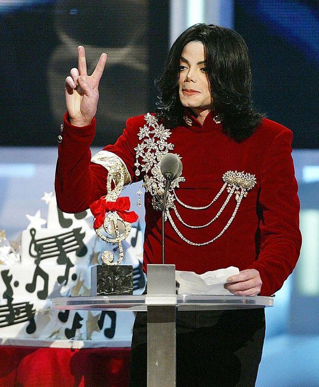 """Micheal Jackson: 8. E a proposito di Jacko: oltre ai tre award per """"Scream"""", nel 1984 ne aveva già vinti altri tre con """"Thriller"""" - incredibile ma vero, però, non il Video Of The Year. Nella foto, Michael Jackson ai VMA nel 2002."""