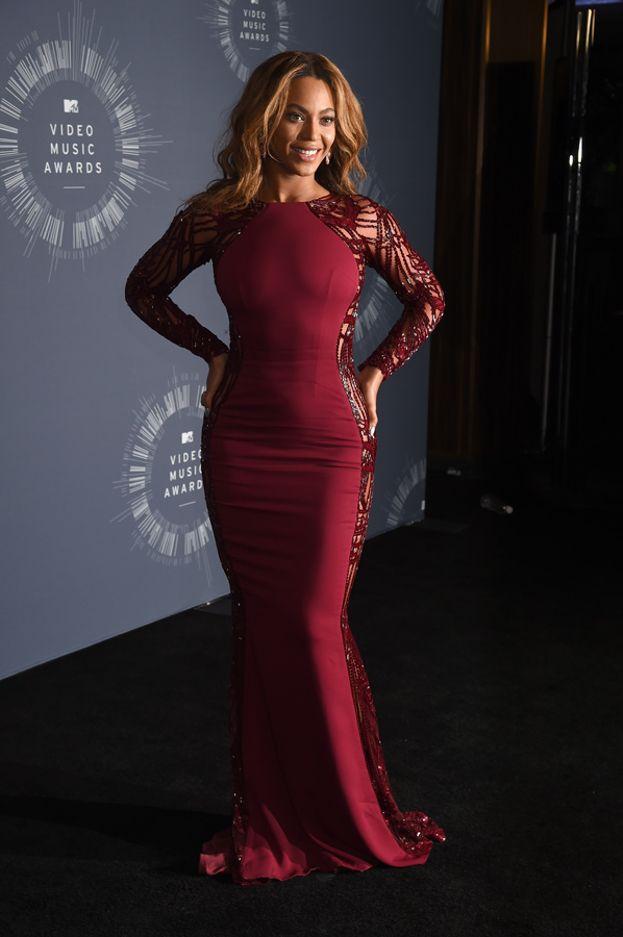 """La """"doppia presa ai fianchi"""". Beyoncé la usa perché esalta la figura a clessidra e porta lo sguardo sulla vita."""