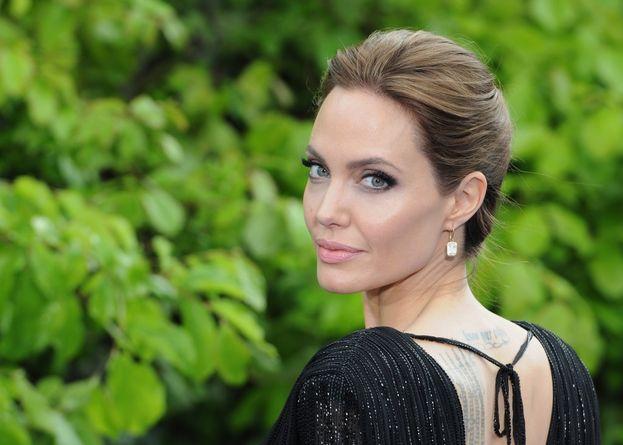 """A quanto pare, Angelina Jolie a letto è esattamente come uno se la immagina. Confermava Brad Pitt qualche anno fa: """"Angelina è ancora una ragazza cattiva. Deliziosamente cattiva""""."""
