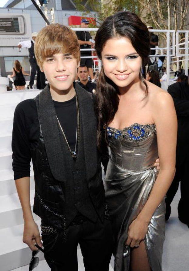 Beccati! I paparazzi hanno fotografato il primo bacio in pubblico di Selena Gomez e Justin Bieber dopo il loro riavvicinamento. Awww!